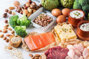 Для полноценного питания человеку нужны белки. Белковые продукты могут быть животного или растительного происхождения, но соотношение белков с остальными элементам пищи желательно не менее 25-30%