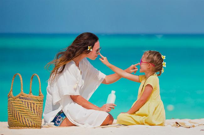 Будьте внимательны к детям - не позволяйте им проводить под солнцем долгое время, следите за питьевым режимом, нанесением защитных средств и наличием головного убора