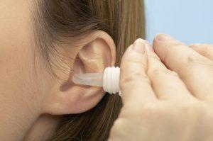 Врачи также часто назначают сосудосуживающие капли в ухо, например, препарат Назол