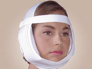 Чтобы избавится от заложенности в ушах, можно наложить на ухо компресс с перекисью водорода