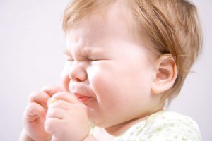 При выборе капель для носа меленькому ребенку следует быть особо внимательным и учитывать возраст малыша
