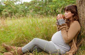 """Одним из преимуществ травы """"иван-чай"""" есть отсутствие противопоказаний для приема беременным женщинам, поскольку он не содержит в себе кофеина"""