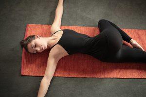 Верхнюю ногу сгибают в колене и медленно поднимают вверх, задерживая на 5 секунд