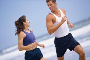Пробежка на свежем воздухе или зарядка помогут быстрее вывести из организма алкоголь и вместе с ним запах перегара