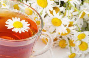 Чай из ромашки - один из наиболее известных рецептов при простудных заболеваниях