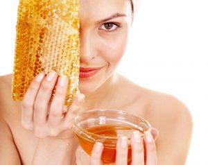 Омолодить эпидермис хорошо помогают медовые составы с добавлением аспирина