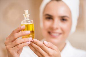 Масло черного тмина применяется как для лечения или облегчения состояния при различных кожных заболеваниях, так и в качестве косметического средства для кожи лица и тела