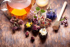 Мед в сочетании с лекарственными травами поможет избавиться от стоматита