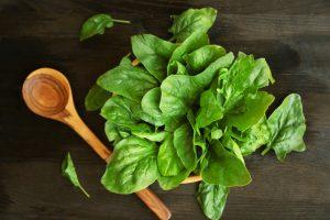 Шпинат – растение с темно-зелеными листьями, которое содержит много питательных веществ и мало калорий