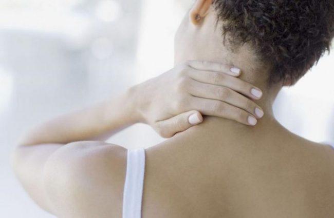 Остеохондроз шейных позвонков характеризуется сдавливанием нервных окончаний, их отечностью, что сопровождается болезненностью мышц шеи