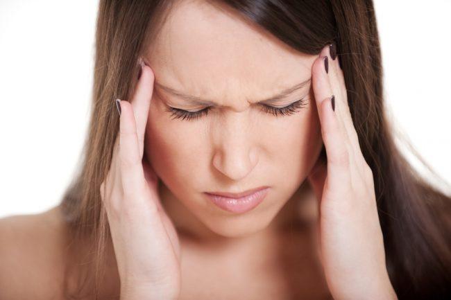 Наблюдается потеря самоконтроля и ослабление памяти, снижение внимания. Постепенно развивается яркий характерный симптом – «ртутный тремор» пальцев рук и ног, губ, век, который возникает при волнении