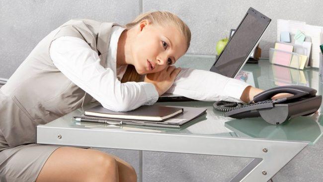 Насыщенный ритм жизни, стрессовые ситуации и постоянное переутомление глаз (например, во время работы за компьютером) приводит к образованию темных кругов под глазами