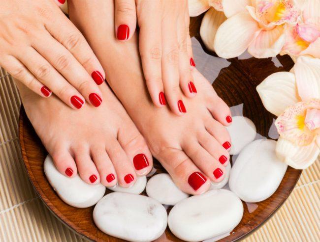Полезно интенсивное растирание ног, горячие и холодные ножные ванны (но только если нет противопоказаний – проблем с сердцем, варикоза, кожных заболеваний)