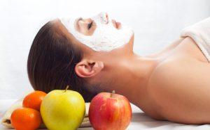 Яблоки – очень эффективное средство по уходу за кожей, особенно за вялой и увядающей. Яблочные маски улучшают обменные процессы в коже, осветляют и очищают кожу, делая лицо свежим и привлекательным