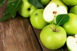 Сорта яблок зеленого цвета содержат в себе наибольшее количество аскорбиновой кислоты, поэтому такое яблоко необходимо включать в рацион в холодное время года, чтобы укрепить иммунитет и обезопасить себя от простудных заболеваний