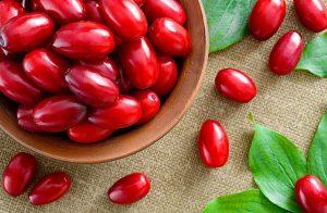 Эта красивая красная ягода - настоящий кладезь полезных веществ для организма человека