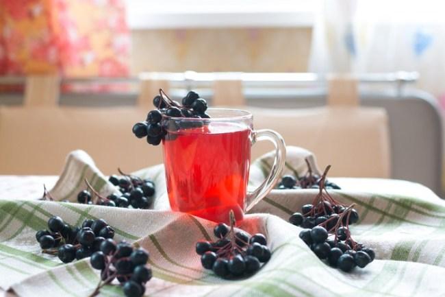 Чай из черноплодной рябины - настоящий кладезь витаминов, оказывает общеукрепляющее действие на организм