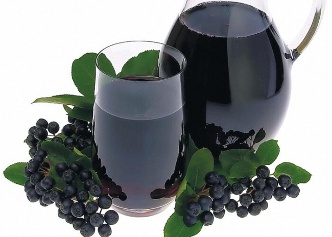 Сок из черноплодной рябины полезен при повышенном артериальном давлении, атеросклерозе, болезнях печени и почек