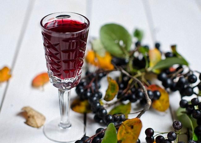Настойка из ягод черноплодной рябины устраняет неприятные симптомы гормональных сбоев