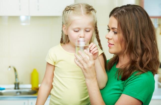 Если у ребенка рвота и температура - необходимо вызвать скорую. До приезда врачей необходимо обильно напоить ребенка