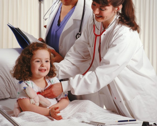 Если кроме рвоты и температуры у ребенка появляются судороги, обмороки, одышка - необходима срочная госпитализация