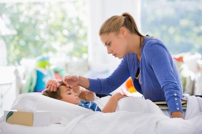 Рвота и температура у ребенка могут возникнуть по причине нарушения пищеварения или из-за кишечной инфекции