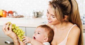 Перед тем, как давать ребенку есть виноград, следует убедиться, что у него нет аллергической реакции на продукт