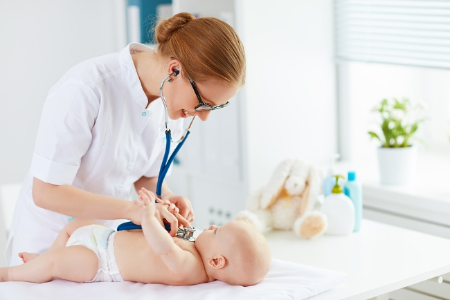 Лечить кашель у новорожденного ребенка нужно под присмотром врача