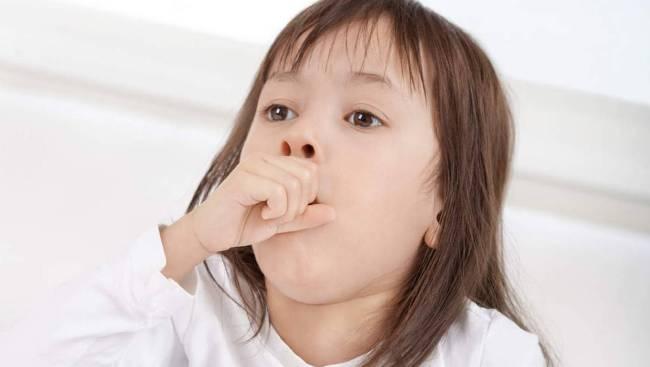 Сухой кашель у ребенка может возникать при хроническом воспалительном процессе в дыхательных путях. При этом у ребенка наблюдается слабость