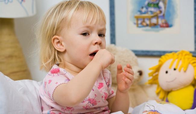 Кашель у ребенка без температуры может возникнуть по разным причинам: сухой воздух в комнате, простуда, аллергия. Для определения причины рекомендуется вызвать врача