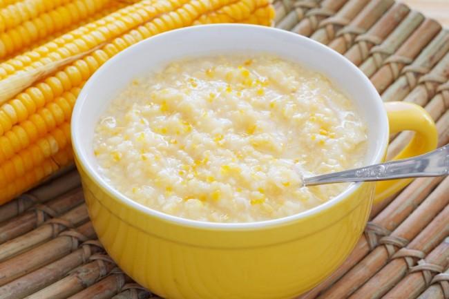 Кукурузную кашу варят в антипригарной посуде, постоянно помешивая