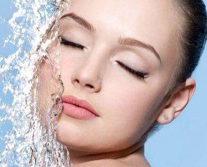 Обезвоживание кожи возникает не только из-за внешних факторов, негативно влияющих на эпидермис, но и по причине воздействия пагубных привычек. Поэтому важно соблюдать здоровый образ жизни и питьевой режим
