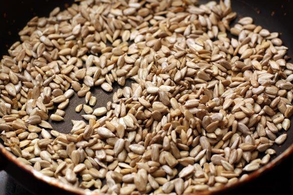 Чтобы с семечек легко снималась кожура - их нужно поджарить на сковороде или просушить в духовке