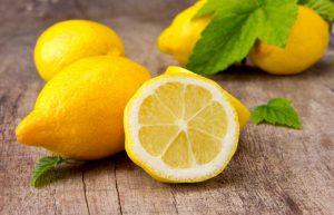 Хорошо зарекомендовало себя в борьбе с болезнью народное средство, приготовленное на основе лимонов, чеснока и петрушки