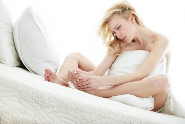 Синдром беспокойных ног считается серьезной проблемой, так как диапазон тяжести его симптомов может быть довольно резким, начиная от легкого раздражения до постоянных перебоев сна и серьезного влияния на качество жизни
