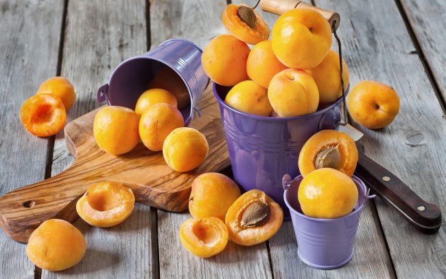 Но употреблять абрикосы при беременности нужно с осторожностью. Нельзя их есть натощак и запивать холодной водой, чтобы не спровоцировать понос