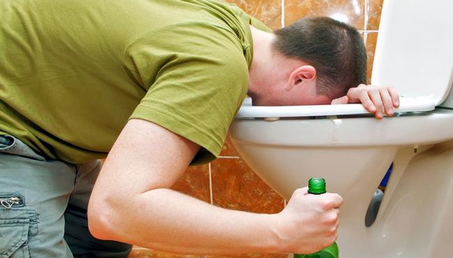 Сильное алкогольное отравление сопровождается рвотой, нарушением дыхания и сердечного ритма, общим ухудшением самочувствия, тяжелым утренним похмельем