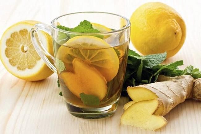 Облегчить состояние при алкогольном отравлении можно с помощью средств народной медицины, чай с лимоном и сахаром, отвар шиповника помогут избавиться от похмельного синдрома а чай с имбиря и мяты снимет тошноту