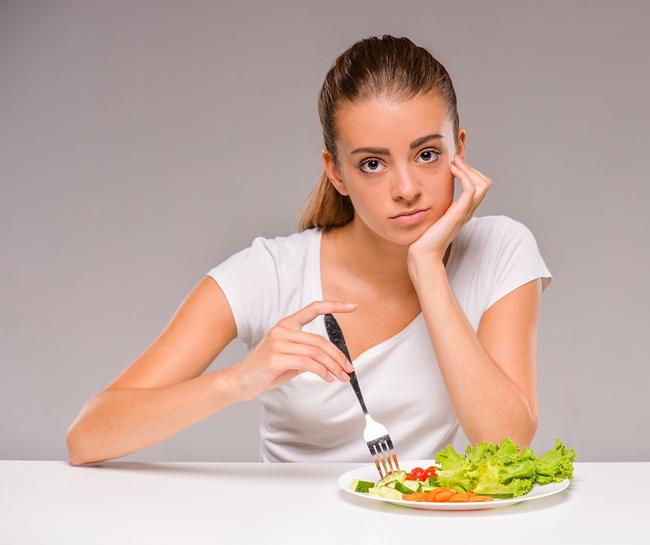 Люди болеющие анорексией, могут либо строго ограничивать себя в еде, либо чередовать периоды голодания с приступами неконтролируемого переедания.
