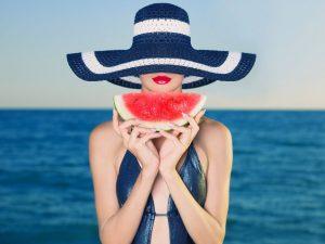 Арбуз очень эффективен при лечении проблем с кожей, причем в ход идут все части ягоды - мякоть, косточки и кожура