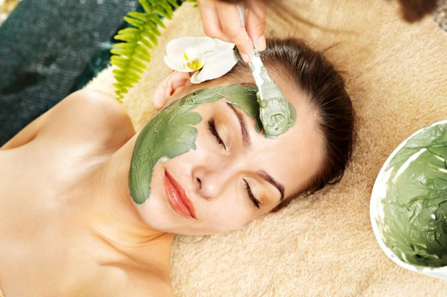 Базилик содержит вещества, прекрасно тонизирующие и смягчающие кожу. Поэтому его очень часто используют для приготовления освежающих ванн, тоников, лосьонов и других косметических средств, улучшающих состояние кожных покровов
