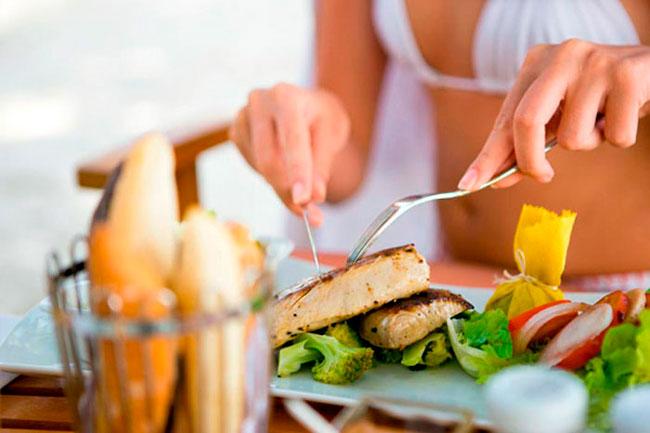 При соблюдении диеты и выходе из нее желательно питаться 3-5 раз в день, небольшими порциями, есть медленно, без спешки