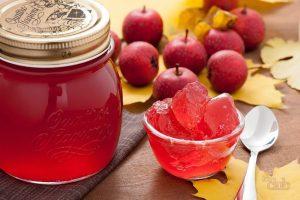 Из плодов боярышника осенью, когда он дозрел, можно приготовить отличную домашнюю настойку для лечения различных заболеваний