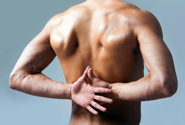 Боль под правой лопаткой может быть вызвана как травмой, так и указывать на заболевания внутренних органов, перед началом лечения необходимо выяснить причину появления болей