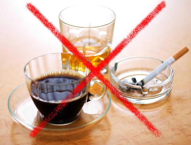 При болях в грудине посередине следует отказаться от кофе, алкогольных напитков и курения