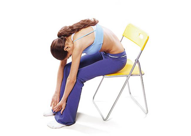 Облегчить болевой синдром в Солнечном сплетении можно приняв сидячее положение на стуле и наклониться вперед