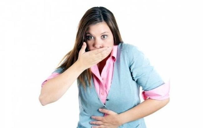 Симптомами болезни Крона могут быть боли в области живота, тошнота и рвота, диарея с кровяными примесями