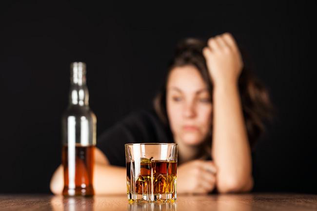 Если после приема алкоголя болит желудок - прежде всего следует избавиться от интоксикации