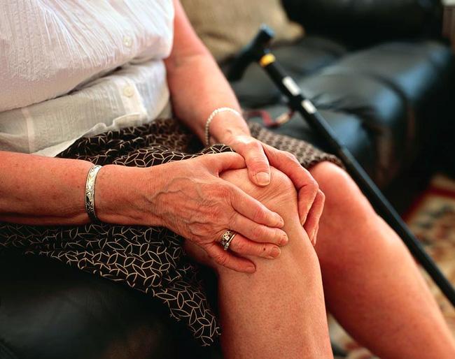 Причиной болей в колене могут быть возрастные изменения сустава
