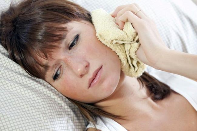 В народной медицине для снятия болей в ухе применяются компрессы из вдки или камфорного спирта